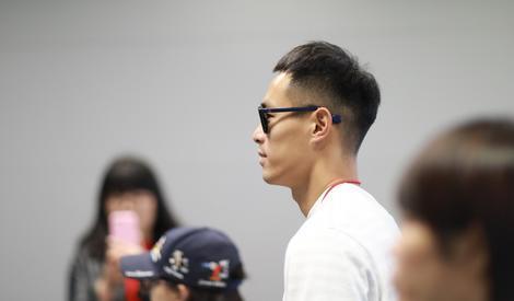 杨祐宁街拍:工装裤男友力爆表