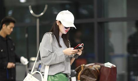 杨幂现身机场少女感十足