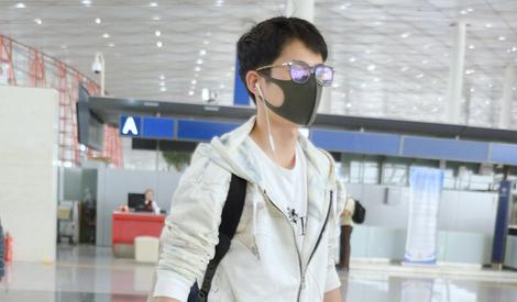 刘昊然清晨现身机场 口罩遮面难掩帅气