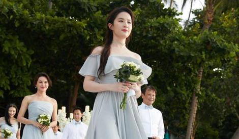 刘亦菲参加同学婚礼 再当最美伴娘