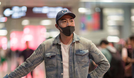 俞灏明低调现身机场穿搭显随性