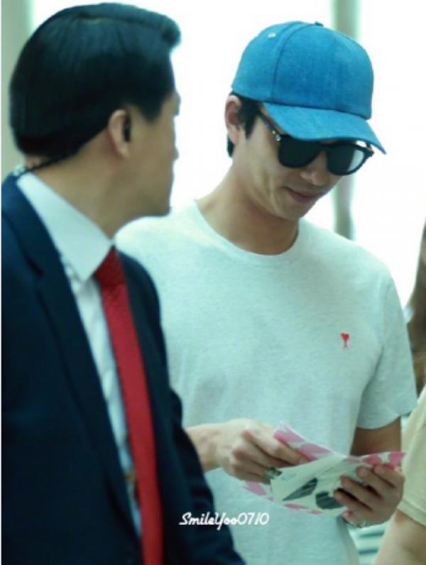孔刘机场街拍素雅简单,看粉丝卡片嘴角挂笑