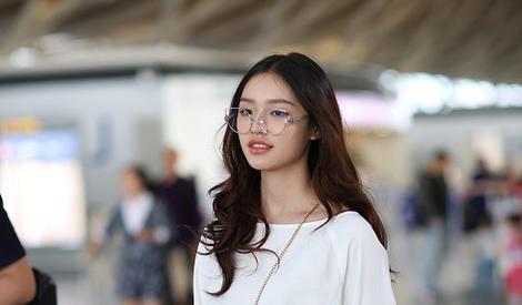 林允机场黑白配 明朗少女清新活泼