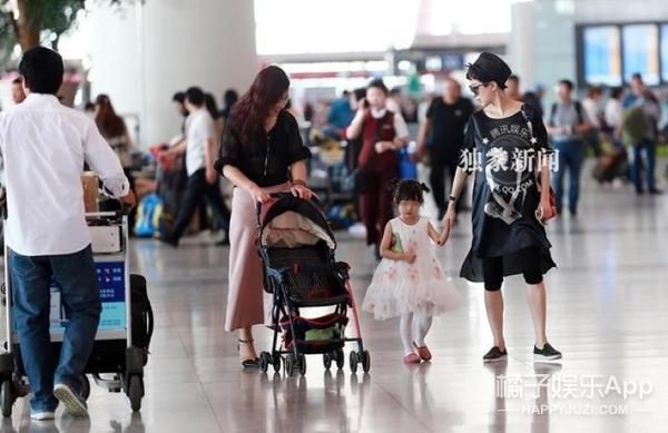 42岁金巧巧带大女儿秘密前往香港  这是要待产二胎啦?
