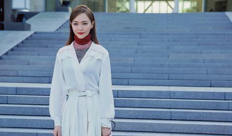 美哭了!唐嫣白色洋装演绎干练都市女
