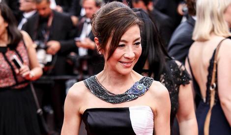 本届戛纳红毯女王杨紫琼 黑白拼接裙展非凡气度