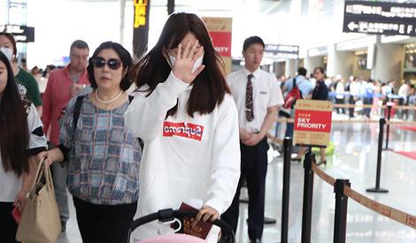 张子萱与女儿现机场,首曝光的小Anan好软萌