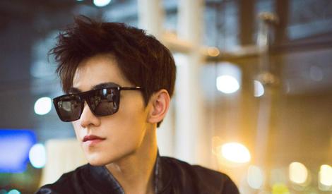 安静的美男子,杨洋黑色造型难掩帅气