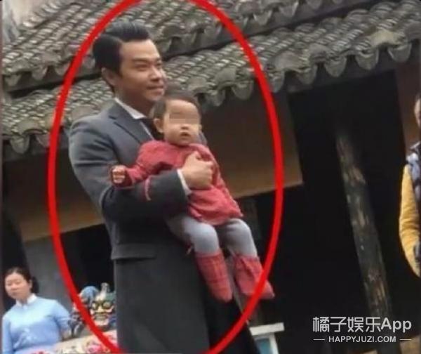 有人爆料佟丽娅抱儿子探班陈思诚,可这照片明明是去年的呀