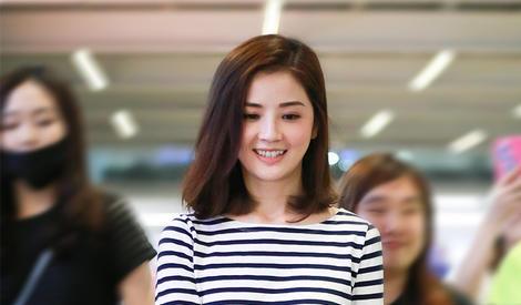 蔡卓妍笑容明媚,低调穿搭简约不简单