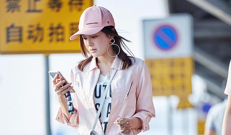 别再说粉色太少女,秦岚粉色连体裤也能很帅气