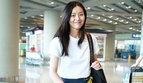 """""""大表姐""""刘雯机场歪头微笑超亲切"""