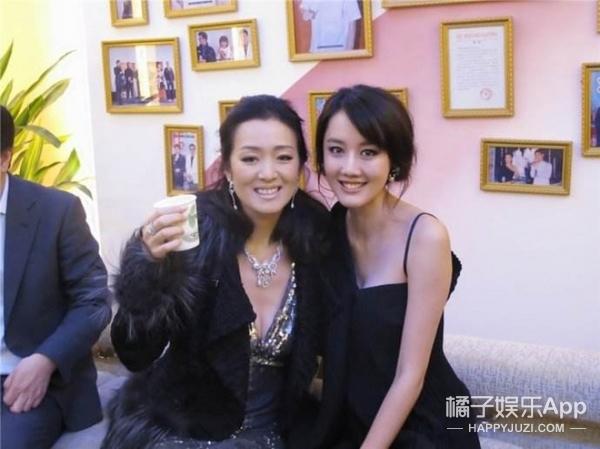 还记得《丑女无敌》里王凯的助理小艾吗?她现在长这样啦!
