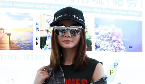 半穿半脱才fashion,耍起酷的蔡卓妍超有范儿