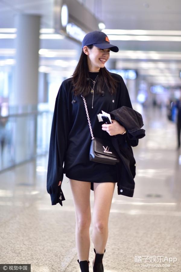 爱笑维秘天使奚梦瑶,机场全黑造型大秀美腿!