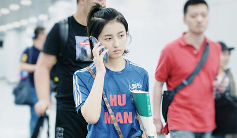 张子枫变运动装少女 手抱新书显学霸气质
