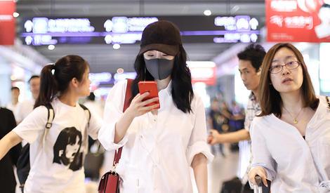 不戴墨镜戴口罩 杨幂总有办法遮住脸