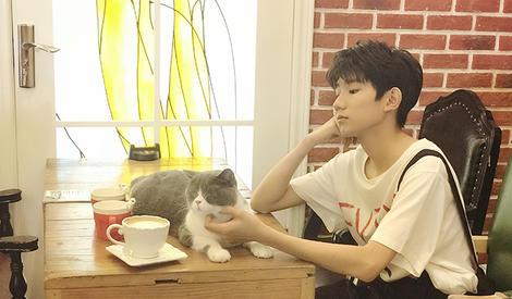 我竟然嫉妒了一只猫!王源撸猫超有爱