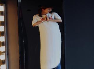刘美含儿童节照镜子形象崩塌,腰粗臀肥还腿短!