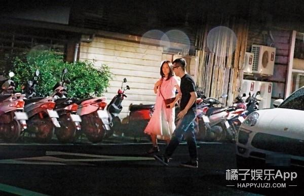 庾澄庆携妻子现身柯震东爸爸派对,7个月孕肚首度曝光