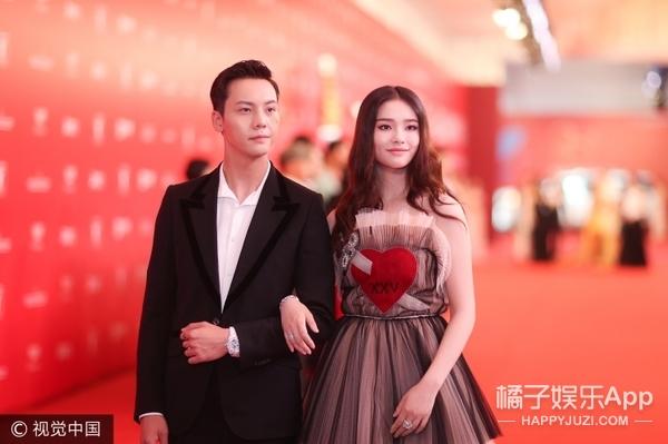 林允陈伟霆这对即将上线的CP,电影节上全程挽手,好似热恋情侣!