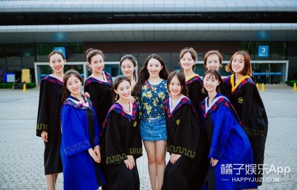 12人读研、4人进500强企业,浙大这只学霸啦啦队的毕业照好美