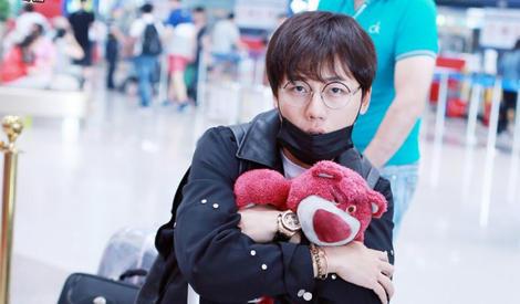 亲亲搂搂抱抱不放手,刘维这是有新宠了?