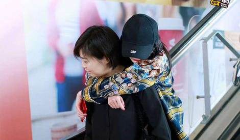 杨幂超可爱,向工作人员撒娇还要从背后抱抱