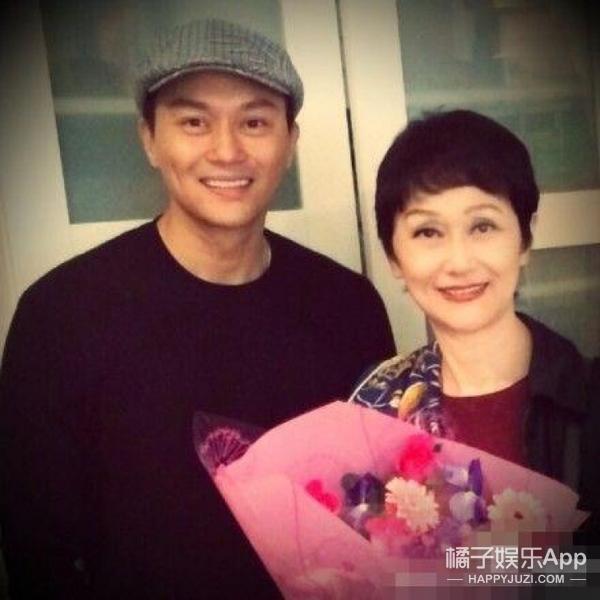 张智霖为妈妈庆生全家福曝光,70岁的张妈妈美貌完全不输女明星!
