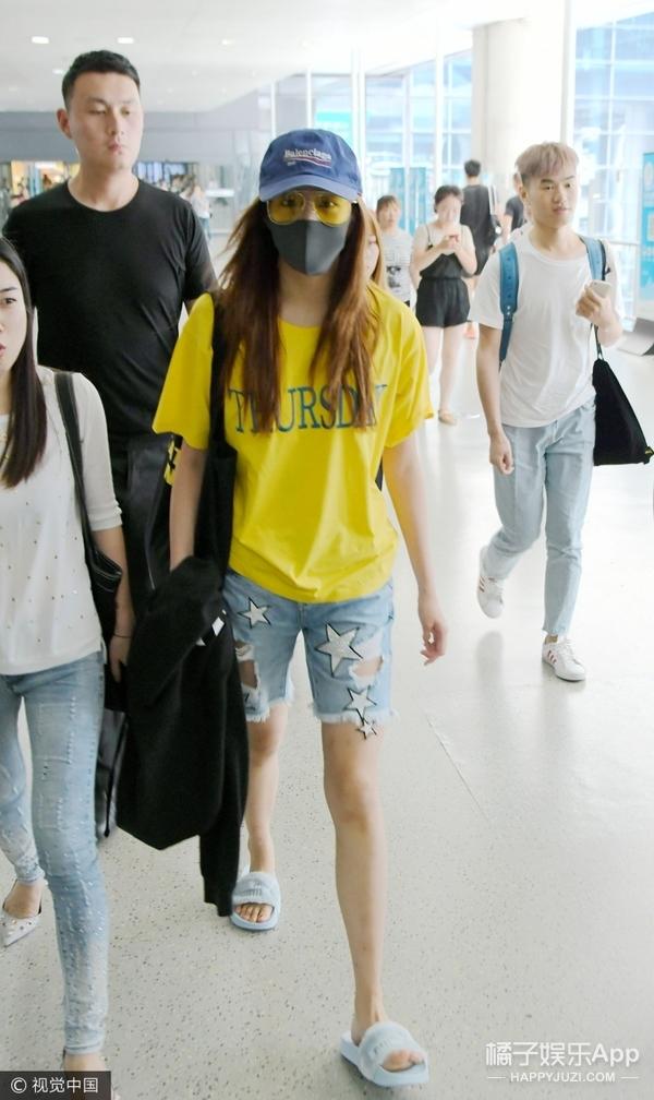 关晓彤穿拖鞋现身机场,全程可爱比耶就是青春美少女一枚!