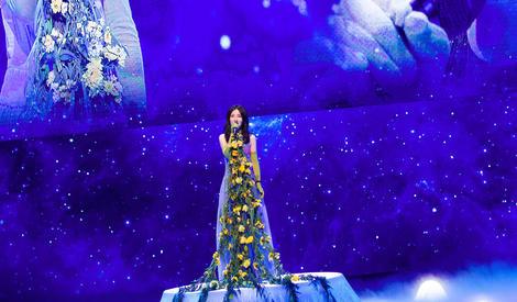 太阳女神再发大招,谢娜舞台照美成仙儿