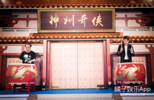 贾乃亮与武侠偶像同台击鼓表演被吓到一脸懵