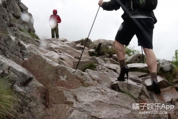 少年为了奖学金,穿高跟鞋爬上英国最高的山