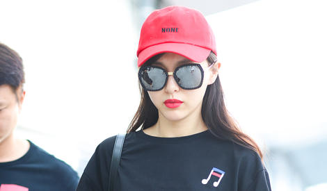 小红帽唐嫣上线,比红唇抢眼的是那双美手