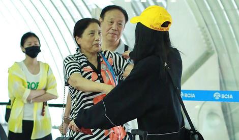 杨幂飞机偶遇大学老师拥抱道别