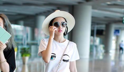 唐艺昕手机玩不停,是在联系张若昀吗