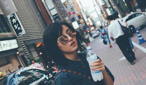 日系美少女上线!张子枫东京街拍好文艺