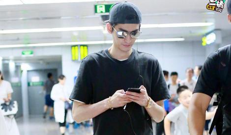 手机不离手、嘴角笑不停,张翰是在和谁热聊?