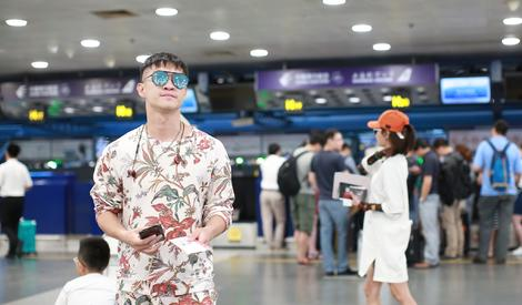 """曹云金爱上""""林华华"""",前几天机场假装""""不太熟"""""""