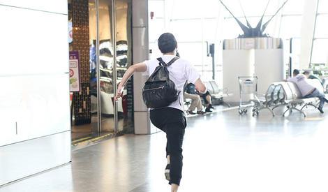 陈晓机场狂奔惊呆路人,狗仔OS:抓住那个陈晓!