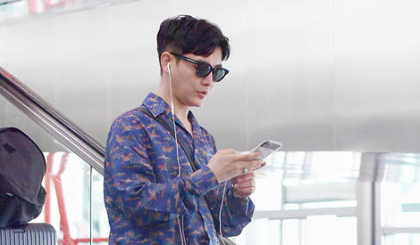 孙坚玩手机表情严肃OS:我觉得不行