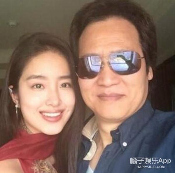 陈金飞和杨采钰现身机场,杨采钰完全沉浸在爱情中...