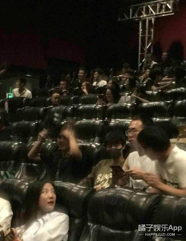 高能少年团合体看《鲛珠传》,然而演到吻戏时王俊凯却眼前一黑...