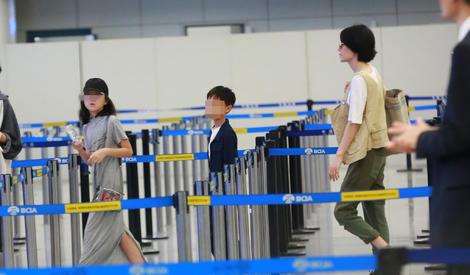 王菲携女现身低调机场 李嫣见偷拍疾走表情超淡定
