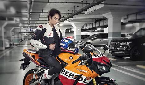 尹正骑着大摩托,要载我去兜风吗