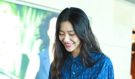 刘雯素颜出镜捂嘴大笑,自信的girl最美丽