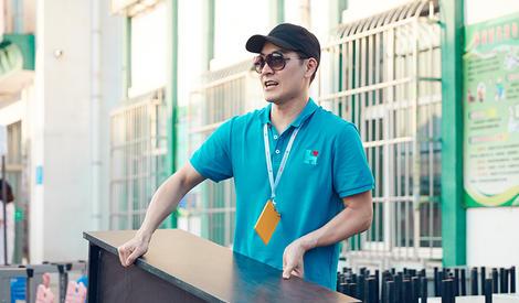 蒋欣王鸥娄艺潇化身最强大力士,明星志愿者搭建义诊现场