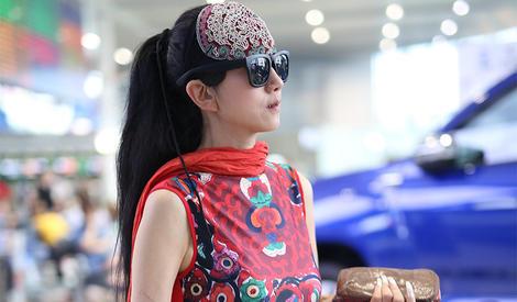 不愧是艺术家,杨丽萍老师简直街拍界一股清流