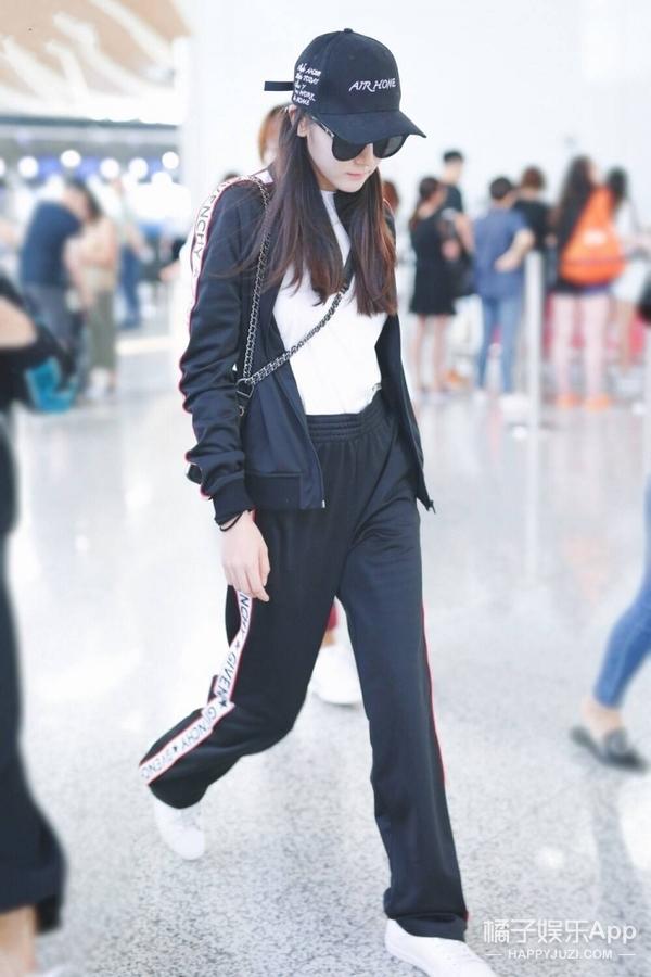 迪丽热巴出发东京,身穿黑色运动套装时髦满分!
