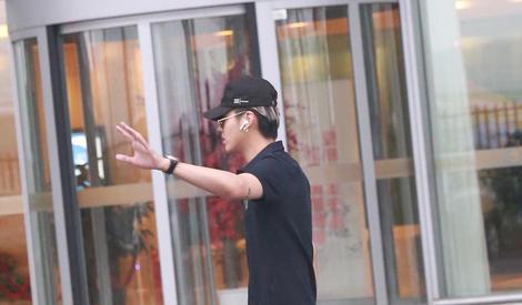 吴亦凡:我一挥手就有一万个粉丝夸我帅